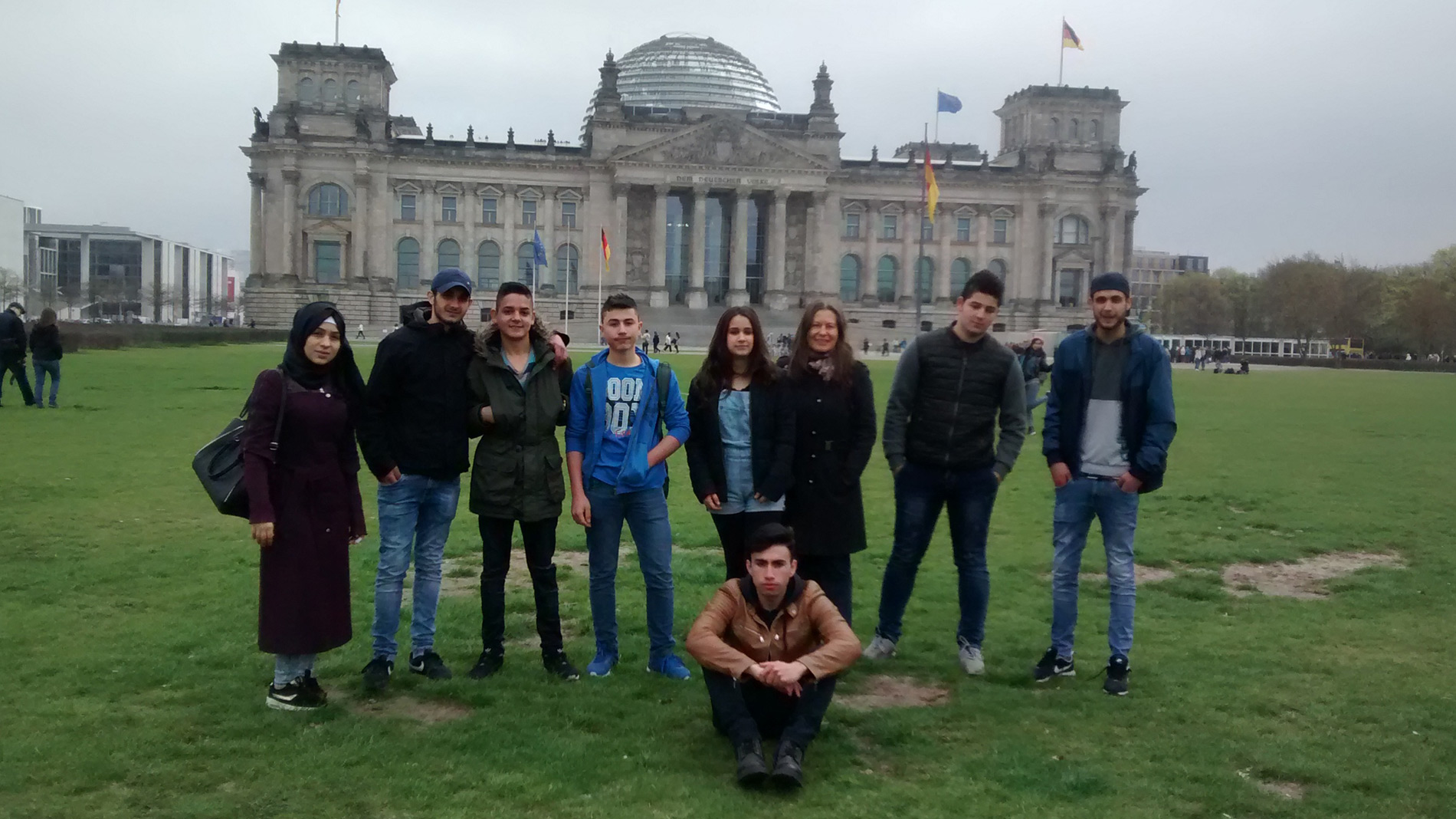 Willkommensklasse vor dem Reichstag